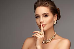 Картинки Украшения Пальцы Ожерельем Сером фоне Шатенки Лица Серег девушка