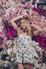Картинки Орхидеи Блондинка Рука Платье молодая женщина