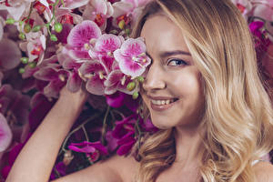 Фотографии Орхидея Блондинки Улыбается Смотрит Волос девушка