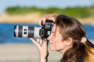 Картинка Фотограф Сбоку Фотокамера Шатенки Волос Работает девушка