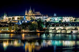 Обои для рабочего стола Речка Мосты Здания Прага Чехия В ночи Города