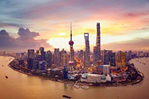 Картинки Небоскребы Дома Берег Вечер Шанхай Китай Башня Huangpu River город