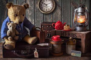 Картинка Натюрморт Часы Керосиновая лампа Плюшевый мишка Чайник Пирожное Стена Чашке Чемодан Еда