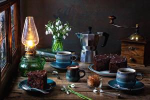 Фотографии Натюрморт Керосиновая лампа Подснежники Чайник Торты Кофе Часть Кружке Продукты питания
