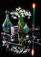 Картинка Натюрморт Подснежники Свечи Вазы Чашка Отражение Ложка цветок
