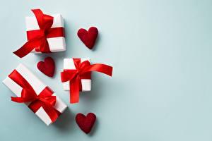 Фотография День всех влюблённых Подарок Бантики Сердечко Шаблон поздравительной открытки Цветной фон
