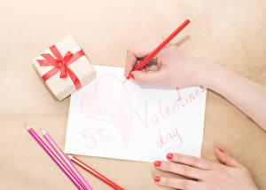 Фотография День святого Валентина Руки Карандашей Лист бумаги Подарки Сердце Текст Английский