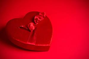 Обои День всех влюблённых Красном фоне Сердечко Бантики Красные