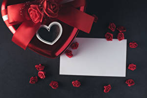 Обои День всех влюблённых Роза Сером фоне Шаблон поздравительной открытки Лист бумаги Сердечко Красная цветок