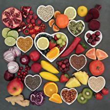 Обои Овощи Фрукты Орехи Апельсин Яблоки Малина Мандарины Томаты Лук репчатый Острый перец чили Сливы Сером фоне Сердечко Пища