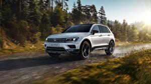 Фотография Volkswagen Белые Движение Tiguan Offroad Автомобили