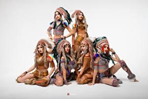 Картинки Индейский головной убор Индеец Красивая Сером фоне Vitaly Rychkov девушка