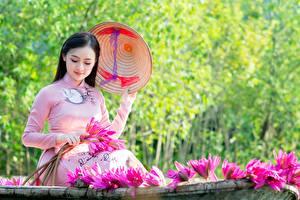 Обои Водяные лилии Брюнетки Шляпы Сидящие Боке девушка