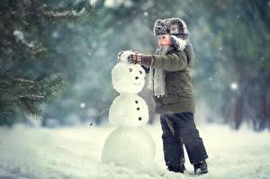 Фотография Зимние Мальчик Шапка Куртке Снеговик Снега ребёнок