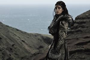 Картинка Шубе Брюнетки Anya Chalotra, Yennefer, The Witcher Netflix кино Знаменитости Девушки