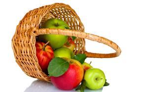 Обои для рабочего стола Яблоки Корзина Белом фоне Продукты питания