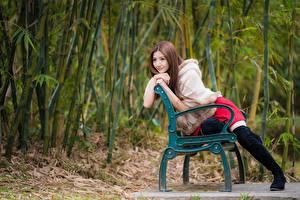 Фотография Азиатки Скамья Сидящие Позирует Сапогов Рука Смотрит девушка