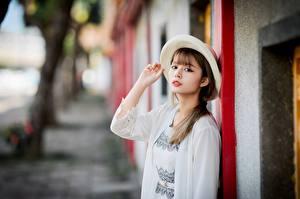 Картинки Азиаты Боке Руки Шляпа Шатенка Взгляд девушка