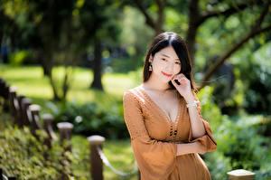 Фотографии Азиатка Боке Позирует Платье Декольте Рука