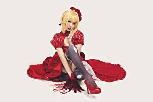 Фото Азиатки Сером фоне Сидящие Туфель Чулках Платья Блондинки Смотрит Ног девушка