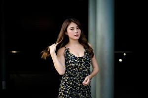 Обои Азиаты Поза Платья Руки Шатенка Взгляд Девушки