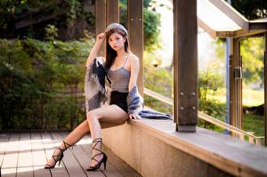 Фотография Азиатки Позирует Ног Красивая Юбки Майки Берет Шатенки Смотрит девушка