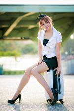 Обои Азиаты Поза Сидит Чемодан Туфли Ноги Красивые Юбка Блузка Униформа Стюардессы Шатенка Девушки картинки