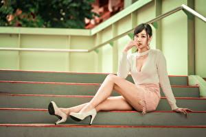 Обои Азиатки Лестницы Сидящие Туфель Ног Юбки Блузка Шатенки Смотрит девушка