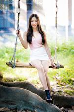 Картинка Азиатки Качелях Сидящие Ног Юбки Майки Улыбается Шатенки Миленькие девушка