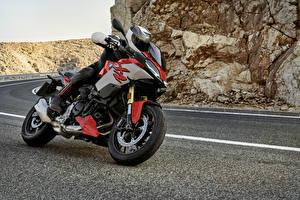 Обои БМВ Мотоциклист В шлеме 2020 F 900 XR