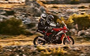 Фотография BMW - Мотоциклы Мотоциклист Сбоку Двое Шлем 2020 S 1000 XR мотоцикл