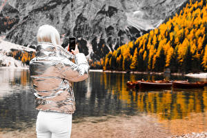 Обои для рабочего стола Размытый фон Блондинки Куртки Смартфоны Фотограф Вид сзади девушка