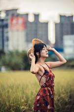 Фотография Боке Позирует Рука Платья Шляпы Брюнетки девушка