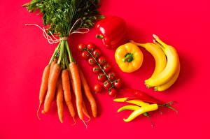 Картинка Морковка Томаты Перец овощной Острый перец чили Бананы Красный фон
