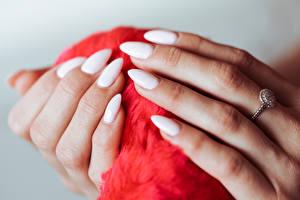 Фотография Вблизи Пальцы Руки Маникюр Кольцо Белые