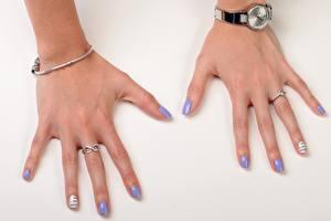 Картинки Крупным планом Наручные часы Пальцы Сером фоне Кольцо Маникюр Девушки