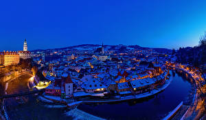 Обои для рабочего стола Чехия Дома Речка Мост Зима Ночь Сверху Krumlov город