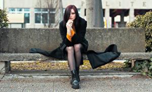Обои для рабочего стола Скамья Сидящие Ног Пальто Рука Смотрит Elisa девушка