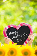 Картинка Пальцы День матери Размытый фон Сердца Инглийские Слова