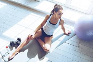 Картинки Фитнес Ноги Майка Сидит Гантелями Спорт Девушки