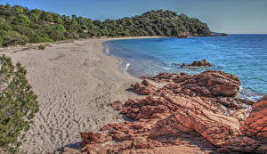 Обои для рабочего стола Франция Побережье Камень Песок Утес Ветвь Пляж Corsica Природа