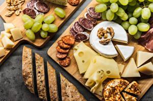 Картинки Виноград Сыры Колбаса Хлеб Разделочная доска Нарезанные продукты Продукты питания