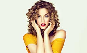 Картинка Кудрявые Серый фон Смотрят Взгляд Руки Волос Красивый Красивые Молодые женщины