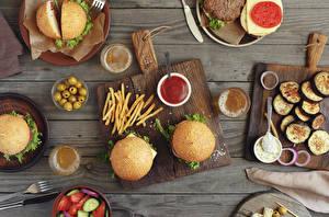 Обои для рабочего стола Гамбургер Овощи Оливки Булочки Картофель фри Пиво Быстрое питание Доски Разделочная доска Кетчуп Стакане Пища