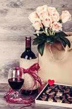 Картинка Праздники Натюрморт Розы Вино Конфеты Доски Бутылка Бокал Сердечко Еда Цветы