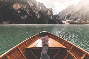 Картинка Италия Лодки Озеро Гора Ног Ботинка Lake Braies Природа