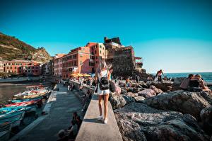 Обои для рабочего стола Италия Пристань Лодки Камни Лигурия Блондинок Сзади Рюкзак Турист Vernazza город