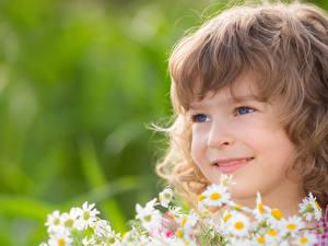 Фотографии Девочка Улыбается Смотрит Русых Лица ребёнок