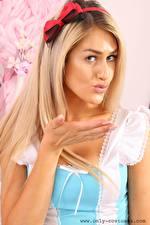 Обои Lola A Блондинки Бантики Смотрит Рука Горничной девушка