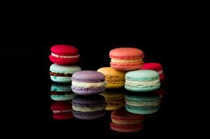 Обои Макарон Черный фон Разноцветные Отражении Еда